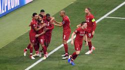Salah es felicitado por sus compañeros sobre el césped.