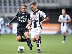 Talenten Kai Huisman (l.) en Reuven Niemeijer (r.) komen elkaar tegen op het middenveld tijdens de vriendschappelijke wedstrijd tussen FC Emmen en Heracles Almelo. (06-10-2016)