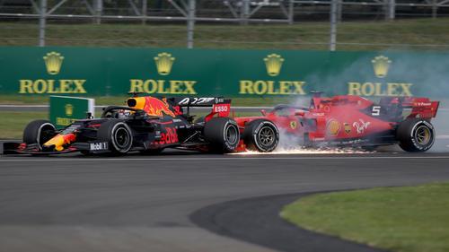 Sebastian Vettel raste in Silverstone mit seinem Ferrari in Max Verstappens Red Bull