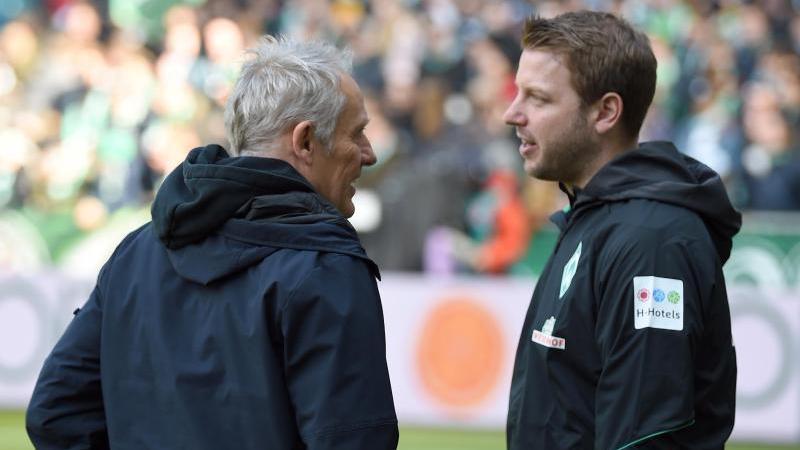 Freiburgs Trainer Christian Streich (l) unterhält sich vor dem Spiel mit Werder-Trainer Florian Kohfeldt