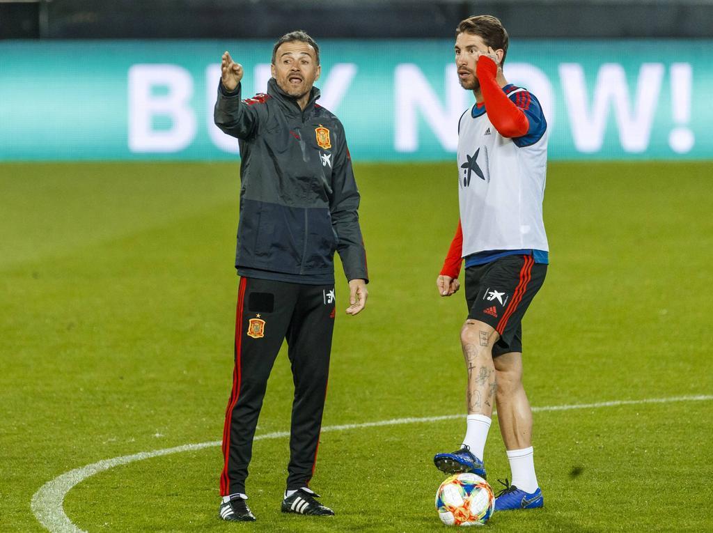 Luis Enrique conversa con el capitán Sergio Ramos.