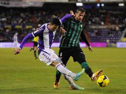 Antonio Amaya (r.) blockt einen Schussversuch von Valladolids Omar Ramos (l.)