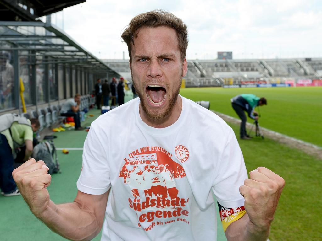 Sebastian Zinke feiert nach Abpfiff Fortunas Aufstieg in die 3. Liga