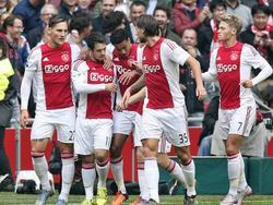Amin Younes zet AFC Ajax na de 0-1 achterstand al snel weer op een 1-1. Na een tackle van Joël Veltman kunnen de Amsterdammers counteren. Younes krult de bal vervolgens in de verre hoek. (04-10-2015)