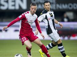 Bart Ramselaar (l.) draait weg bij Brahim Darri tijdens de play-offwedstrijd Heracles Almelo - FC Utrecht. (19-05-2016)
