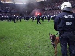 Polizisten auf dem Spielfeld im Stadion des Hamburger SV