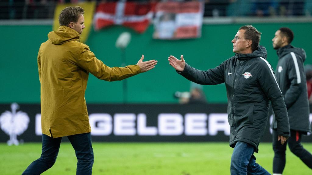 Julian Nagelsmann und sein künftiger Chef Ralf Rangnick klatschen nach dem Pokalspiel ab