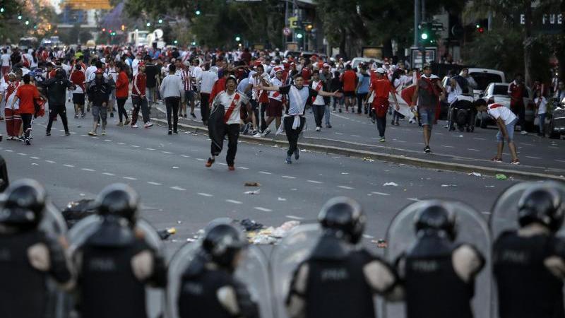 Krawalle überschatteten die Partie zwischen River Plate und den Boca Juniors