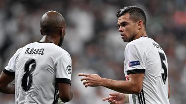 Pepe conversa con su compañero el delantero Ryan Babel. (Foto: Getty)