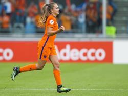Lieke Martens loopt na afloop van het EK-duel Nederland - Zweden het veld in om de overwinning te vieren (29-07-2017).