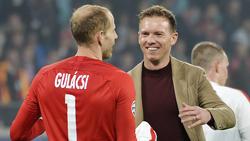 Péter Gulácsi von RB Leipzig (l.) verteidigte Trainer Julian Nagelsmann (r.)