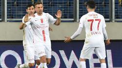 Lukas Podolski (l.) wurde in der Nachspielzeit ausgewechselt
