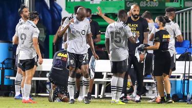 Thierry Henry da instrucciones a sus jugadores.