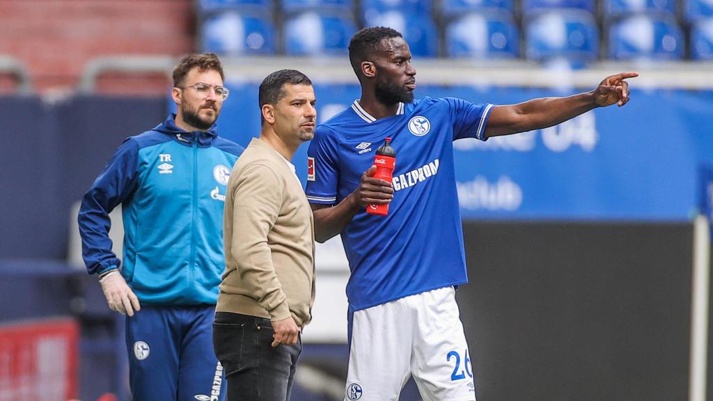 Dimitrios Grammozis (Mitte) will den FC Schalke 04 zurück in die Bundesliga führen