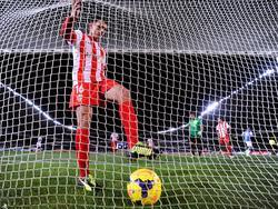 Sebastián Dubarbier recoge el balón de las mallas en una imagen de archivo. (Foto: Getty)
