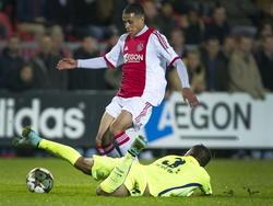 Juanma García is geen sta-in-de-weg meer in de wedstrijd Ajax A1 - FC Barcelona A1, maar hij gaat snel naar de grond. Damil Dankerlui gaat behendig over de Spanjaard heen. (04-11-2014)