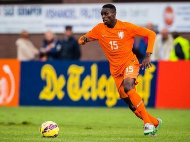 Rodney Kongolo heeft balbezit tijdens de oefeninterland Nederland -18 - Engeland -18. (05-09-2015)