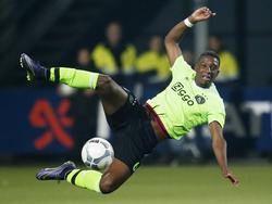 Riechedly Bazoer vliegt letterlijk over het veld tijdens de competitiewedstrijd Heracles Almelo - PSV. (17-10-2015)