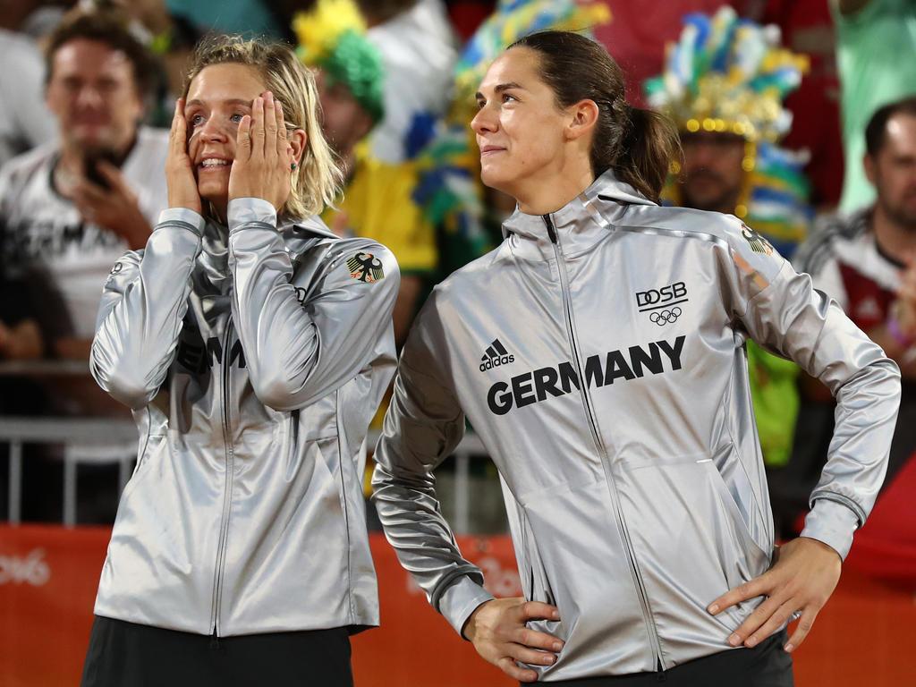 Laura Ludwig (li.) und Kira Walkenhorst winkt ein warmer Geld-Regen