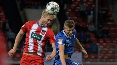 Heidenheims Sebastian Griesbeck (l) und Darmstadts Tim Skarke im Kopfballduell. Foto: Stefan Puchner