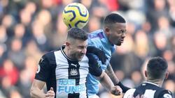 Manchester Citys Gabriel Jesus (r.) und Newcastles Federico Fernandez beim Kopfballduell. Foto: Owen Humphreys/PA Wire/dpa