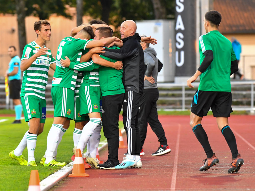 Steffen Hofmann feiert mit seinem Team den ersten Saisonsieg