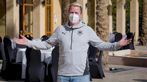 """Nils Walbrecht, Koch des DHB, steht auf einer Terasse eines Restaurants des Mannschaftshotels """"Marriott Mena House Cairo"""""""