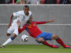 Ryan Bertrand (l.)