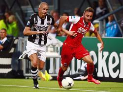 Muamer Tanković (r.) duelleert met Bas Sibum (l.) tijdens Heracles Almelo - AZ Alkmaar. (9-8-2014)