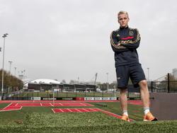 Donny van de Beek wordt gefotografeerd tijdens een fotoshoot op sportcomplex De Toekomst.