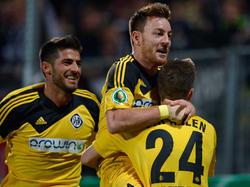 Michael Klaus (m.) traf gegen Hannover zum 2:0