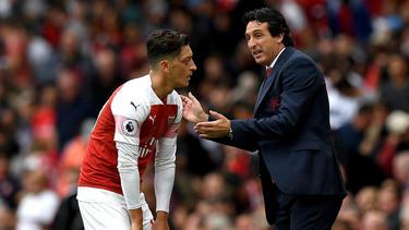 Mesut Özil (l.) sieht sich scharfer Kritik ausgesetzt