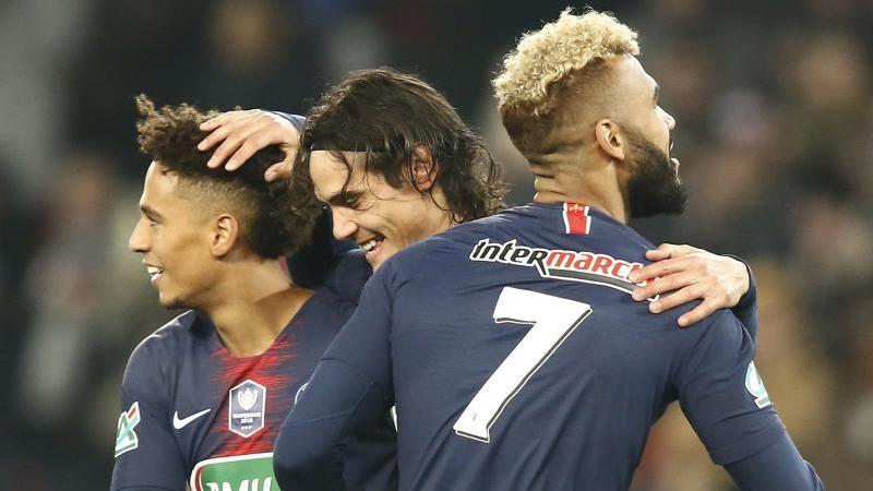PSG-Spieler Edinson Cavani (M.) freut sich mit Thilo Kehrer (l.) und Eric Maxim Choupo-Moting über sein Tor