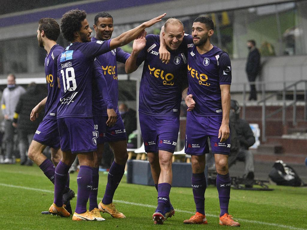 Die Beerschot-Kollegen bejubeln Raphael Holzhauser nach dessen Tor gegen Anderlecht