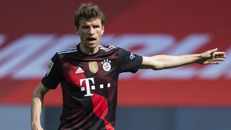 Thomas Müller erteilt auf dem Spielfeld Anweisungen an Mannschaftskameraden