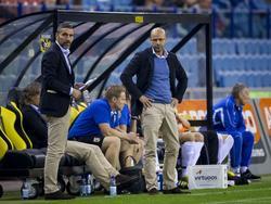 Trainer Peter Bosz (r.) en assistent-trainer Hendrie Krüzen zijn duidelijk niet tevreden met het spel van hun ploeg tijdens de competitiewedstrijd Vitesse - NAC Breda. (25-10-2014)