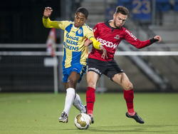 Collin Seedorf (l.) vecht een stevig duel uit met Stanley Elbers (r.) tijdens het competitieduel RKC Waalwijk - Helmond Sport. (12-12-2014)