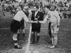 Fritz Szepan (l.) als Kapitän der deutschen Nationalmannschaft