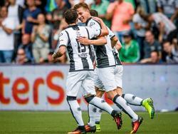 Paul Gladon (m.) is de gevierde man bij Heracles Almelo. Hij maakt tegen Willem II niet alleen de 2-0, maar ook de 3-0. (14-08-2016)