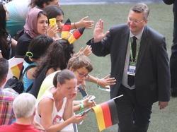 DFB-Präsident Reinhard Grindel drückt beiden deutschen Olympia-Teams auf der Tribüne die Daumen