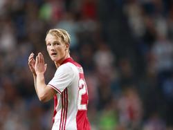 Kasper Dolberg bedankt het publiek na afloop van het competitieduel Ajax - PEC Zwolle (24-09-2016).
