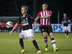 Damien van Bruggen (r.) moet tijdens Jong PSV - FC Emmen achter spits Rogier Krohne (l.) aan. (19-08-2016)