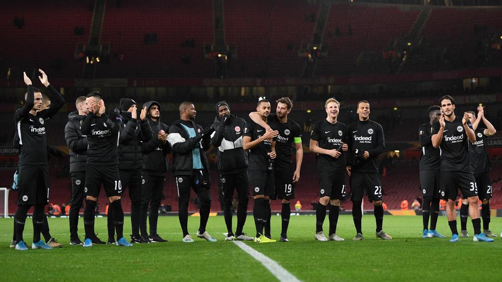 Die Spieler von Eintracht Frankfurt feiern den Sieg beim FC Arsenal