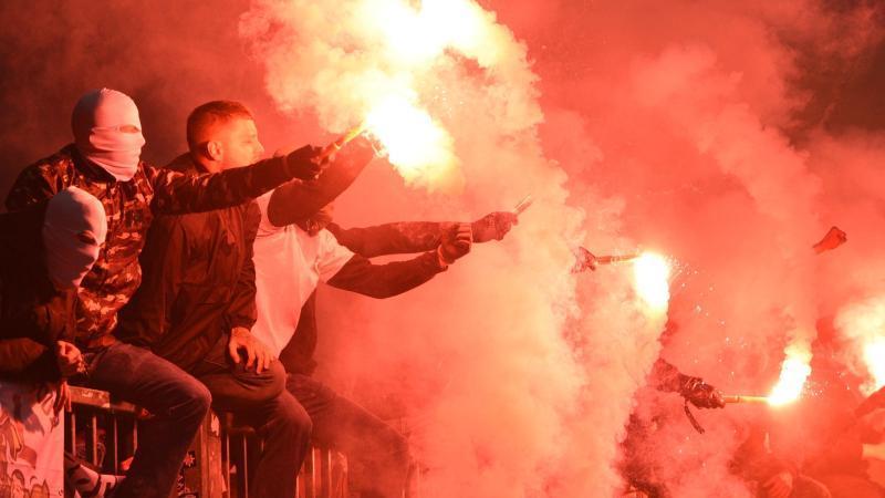 Fans zünden Pyrotechnik auf der Tribüne