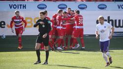 Der 1. FC Heidenheim jubelt über den Sieg gegen Aue