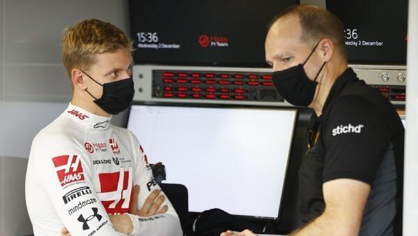 Mick Schumacher (l.) mit seinem Renningenieur Gary Gannon