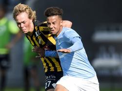 Tobias Sana (r.), oud-speler van Ajax, is in duel met Joel Andersson van BK Häcken. (22-08-2015)