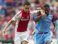 Anwar El Ghazi (l.) probeert tijdens Ajax - Vitesse Kelvin Leerdam (r.) van zich af te houden. (10-08-2014)