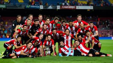 El Athletic celebró el título de la Supercopa sobre el tapete del Camp Nou. (Foto: Getty)