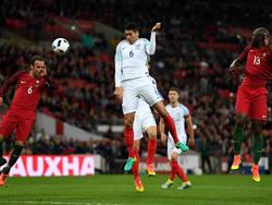 Chris Smalling erzielt das 1:0 gegen Portugal